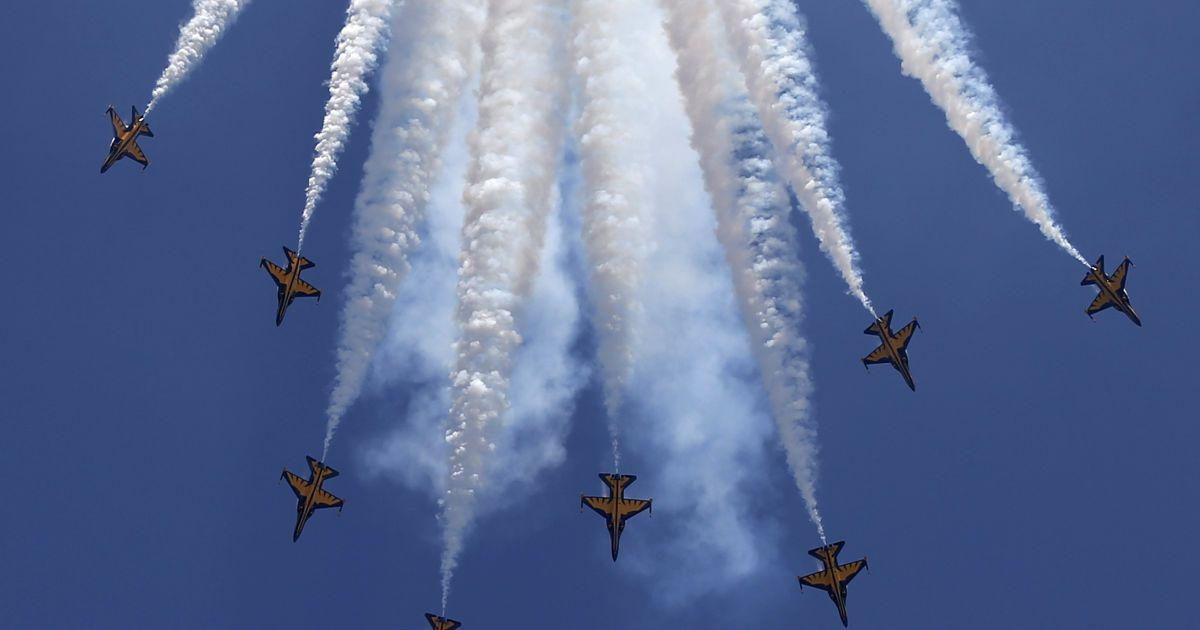 """Пілотажна група Повітряних сил Південної Кореї """"Чорні Орли"""" виконує маневр під час відкриття авіашоу у Сінгапурі. @ Reuters"""