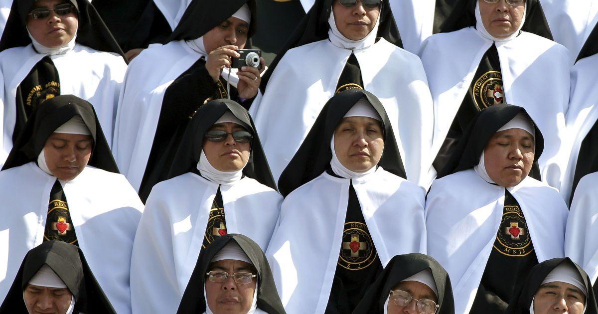 Черниці беруть участь у месі на чолі з Папою Римським Франциском на стадіоні у місті Морелія, Мексика. @ Reuters