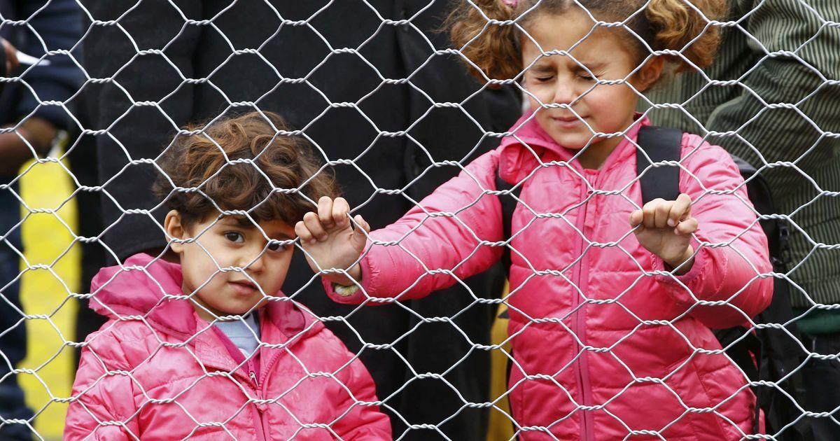 Діти мігрантів чекають, щоб перетнути кордон між Словенією і Австрією. @ Reuters