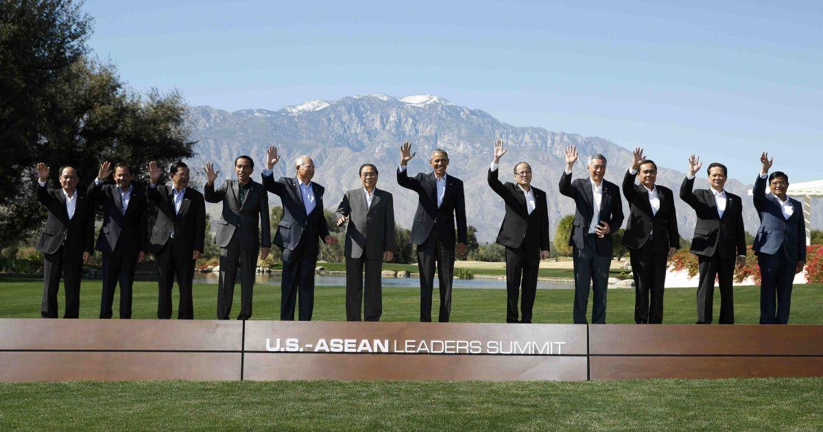 Президент США Барак Обама в оточенні лідерів 10 націй Асоціації держав Південно-Східної Азії під час групового фото в Ранчо Міраж, штат Каліфорнія. Черниці беруть участь у месі на чолі з Папою Римським Франциском на стадіоні у місті Морелія, Мексика. @ Reuters
