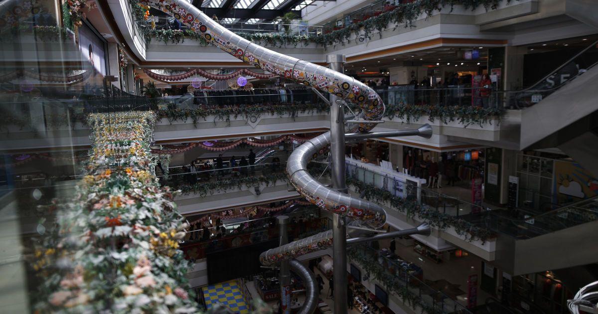 Загальний вигляд 20-метрової гірки всередині п'ятиповерхового торгового центру у Шанхаї, Китай. @ Reuters