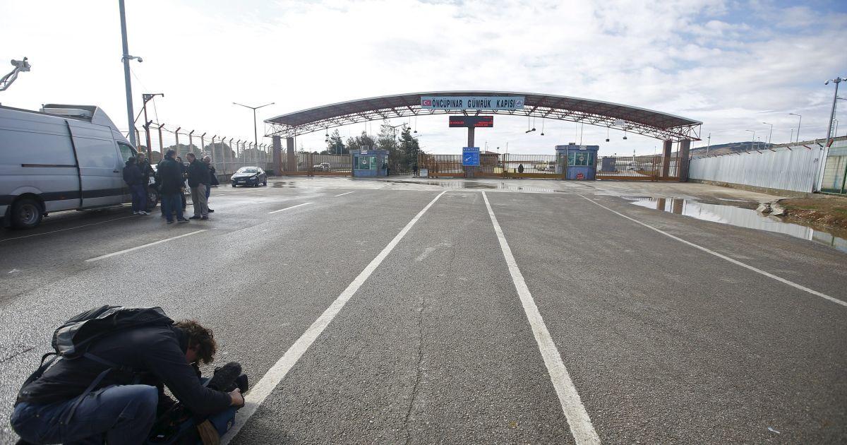 Телевізійний оператор працює на перетині кордону з Туреччиною у південно-східному місті Кіліс.