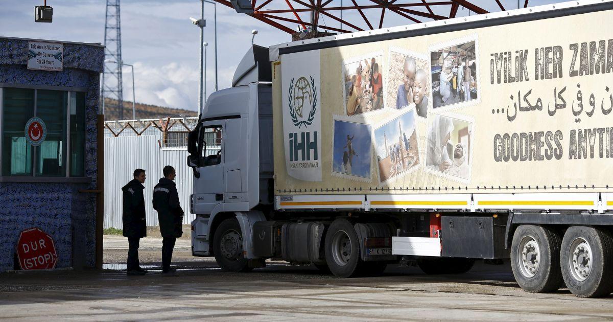 Вантажівка з гуманітарною допомогою в'їжджає в Сирію з Туреччини у південно-східному місті Кіліс.