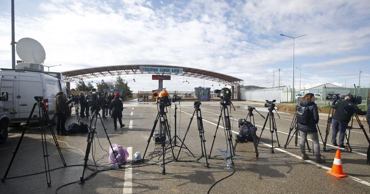 Телевізійники працюють на перетині кордону з Туреччиною у південно-східному місті Кіліс.