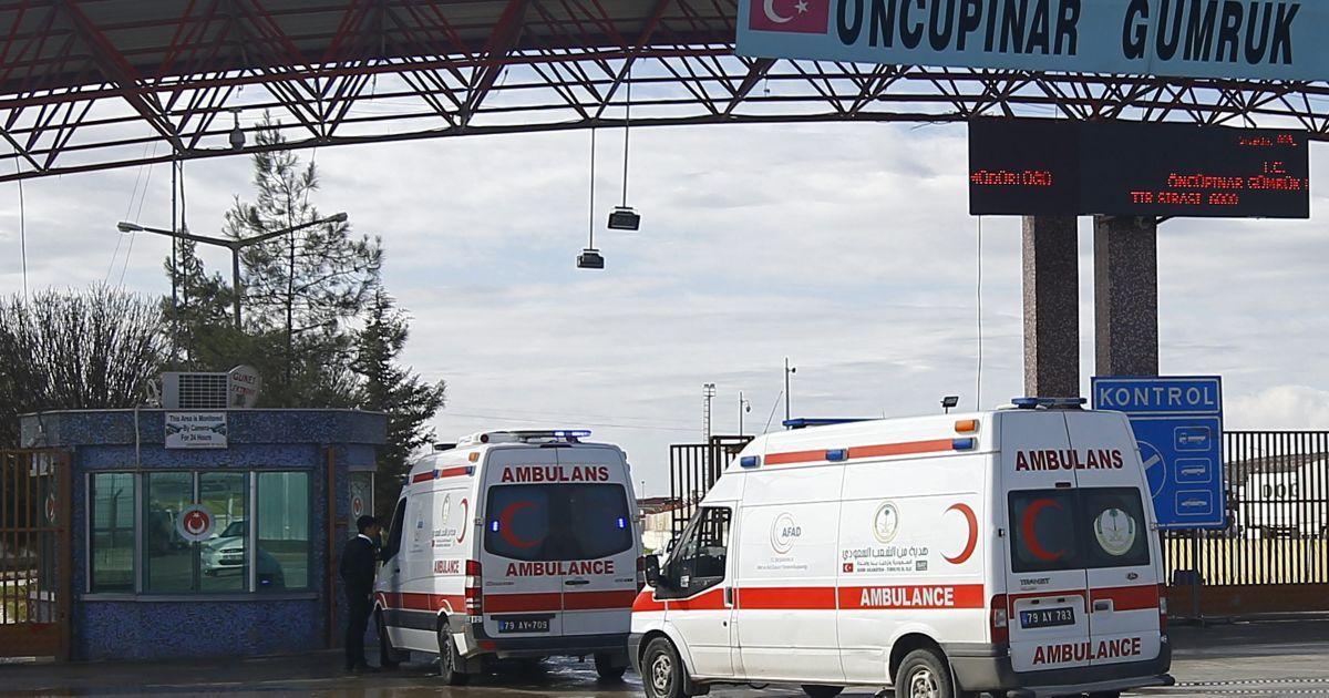Машини швидкої допомоги в'їжджають в Сирію з Туреччини в південно-східному місті Кіліс.
