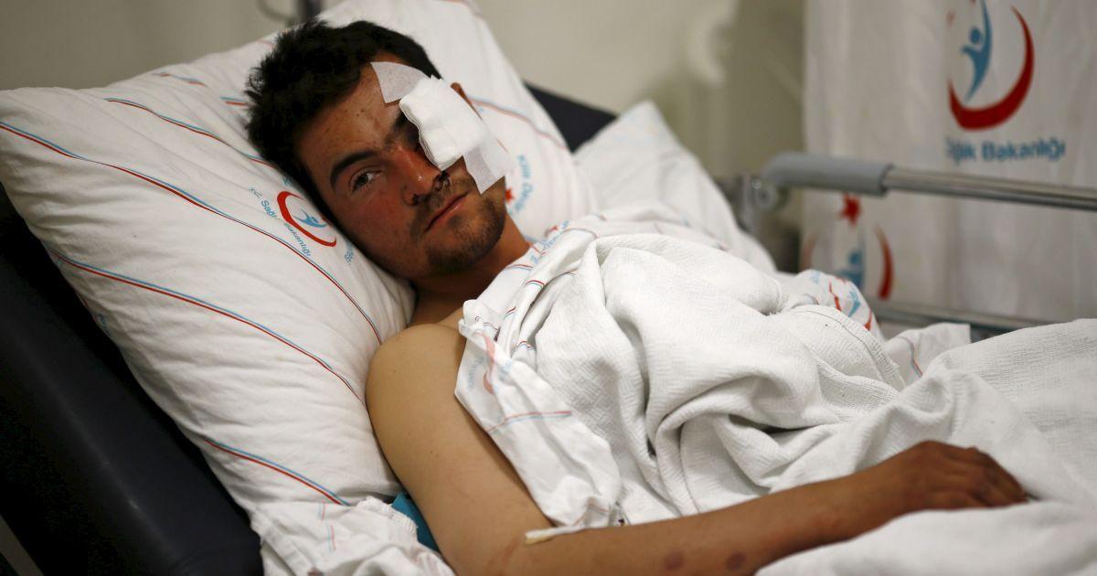 Касим Генцо, борець з сирійської опозиції, який був поранений під час авіаударів по сирійським селам поблизу кордону з Туреччиною, лежить на лікарняному ліжку в південно-східному місті Кіліс.