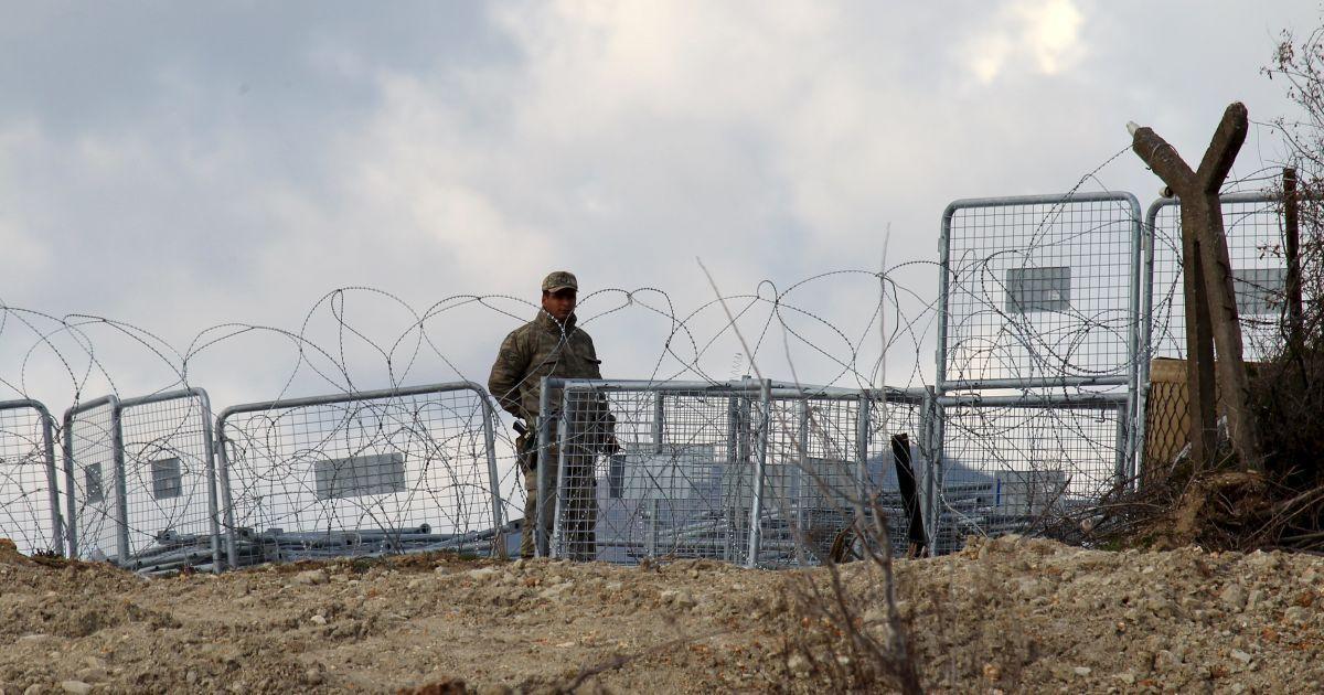 Турецький солдат поблизу сирійського міста Хірбет Аль-Джоз на турецько-сирійському кордоні, де вимушені переселенці чекають дозволу, аби перетнути кордон з Туреччиною.