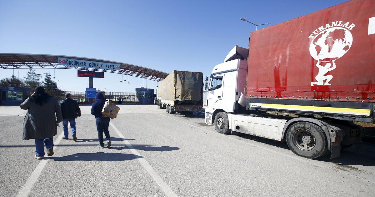 Сирійці перетинають кордон з Туреччиною у південно-східному місті Кіліс.