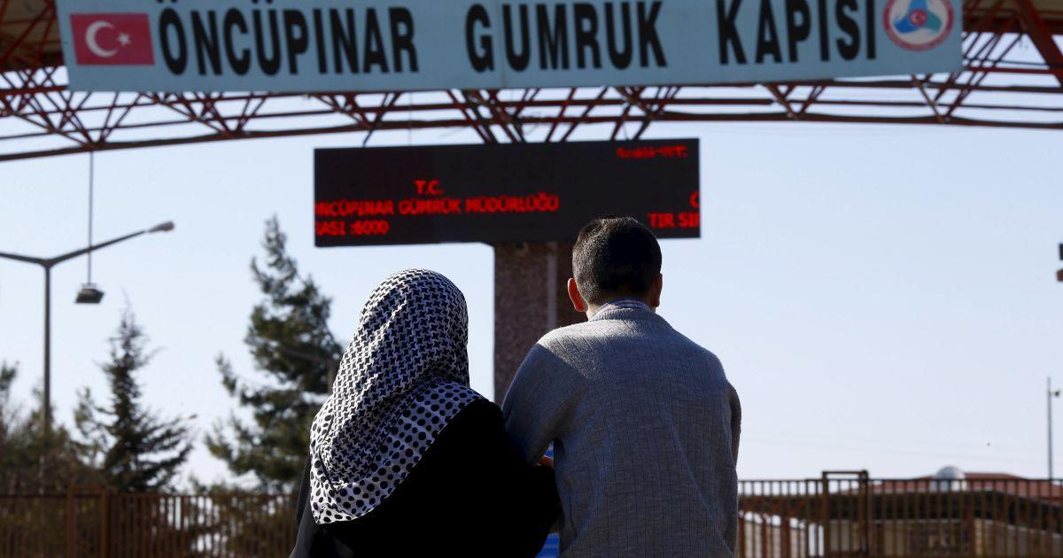 Двоє сирійців чекають на турецькій стороні кордону своїх батьків, які мають прибути з Сирії, у південно-східному місті Кіліс.
