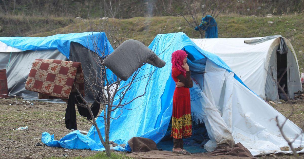 Дівчинка стоїть біля наметів для вимушених переселенців в місті Хірбет Аль-Джоз.