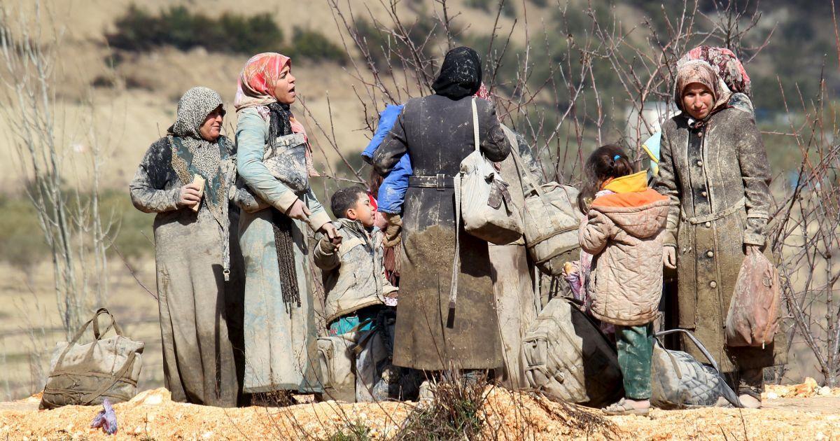 Біженці, усі в багнюці, чекають дозволу перетнути кордон в Туреччину в місті Хірбет Аль-Джоз.