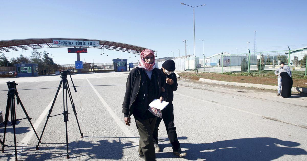 15-річний поранений сирійської хлопчик перетинає кордон з Туреччиною у південно-східному місті Кіліс, щоб його батько отримав медичну допомогу.