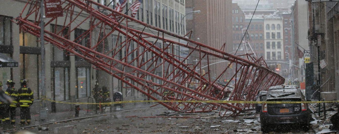 У центрі Нью-Йорка величезний кран впав посеред вулиці, є загиблі та поранені