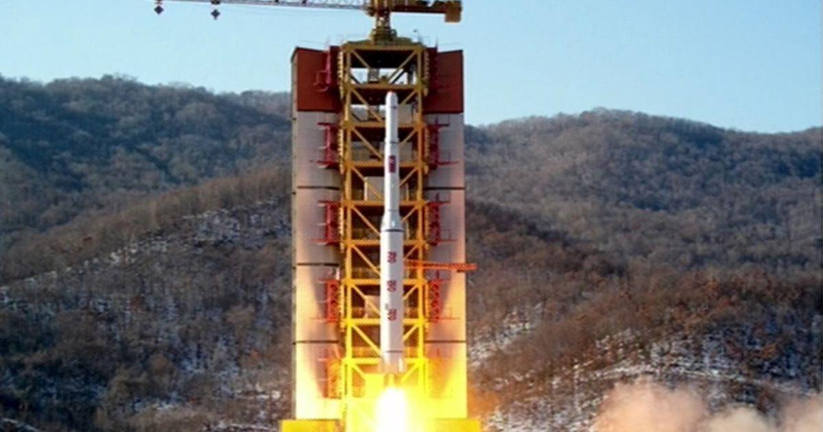 """КНДР запустила ракету """"Кванменсон""""."""