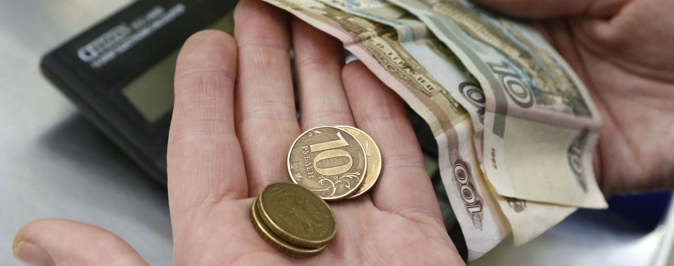 """""""Чутливий"""" рубль почав падати слідом за цінами на нафту"""