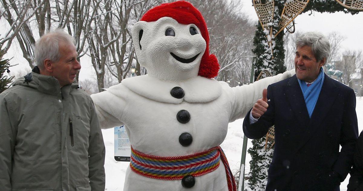 Державний секретар США Джон Керрі показує великий палець вгору, позуючи з міністром закордонних справ Канади Стефаном Діоном і талісманом Карнавалу Боном під час Північноамериканської зустрічі міністрів закордонних справ у Квебек-Сіті. @ Reuters