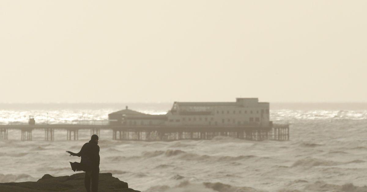 Людина спостерігає за бурею Гертруда в Ірландському морі біля міста Блекпул, яка  перетинає північно-західну Англію. Метеорологи попереджають, що швидкість вітру сягатиме 144 км/год. @ Reuters