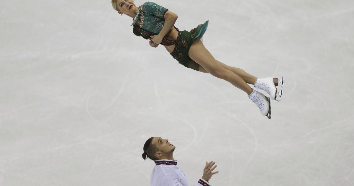 Російські фігуристи Тетяна Волосожар і Максим Траньков виконують парну коротку програму на чемпіонаті Європи з фігурного катання ISU в Братиславі, Словаччина. @ Reuters