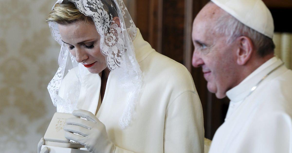 Принцеса Монако Шарлін обмінюється подарунками з Папою Римським Франциском під час приватної аудієнції у Ватикані. Шарлін здійснила візит до Франциска зі своїм чоловіком принцом Монако Альбертом ІІ. @ Reuters