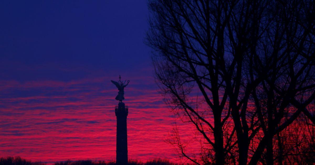 """Фотограф сфотографував пам'ятник """"Золота Ельза"""" у верхній частині Колони Перемоги у Берліні на тлі заходу сонця. @ Reuters"""