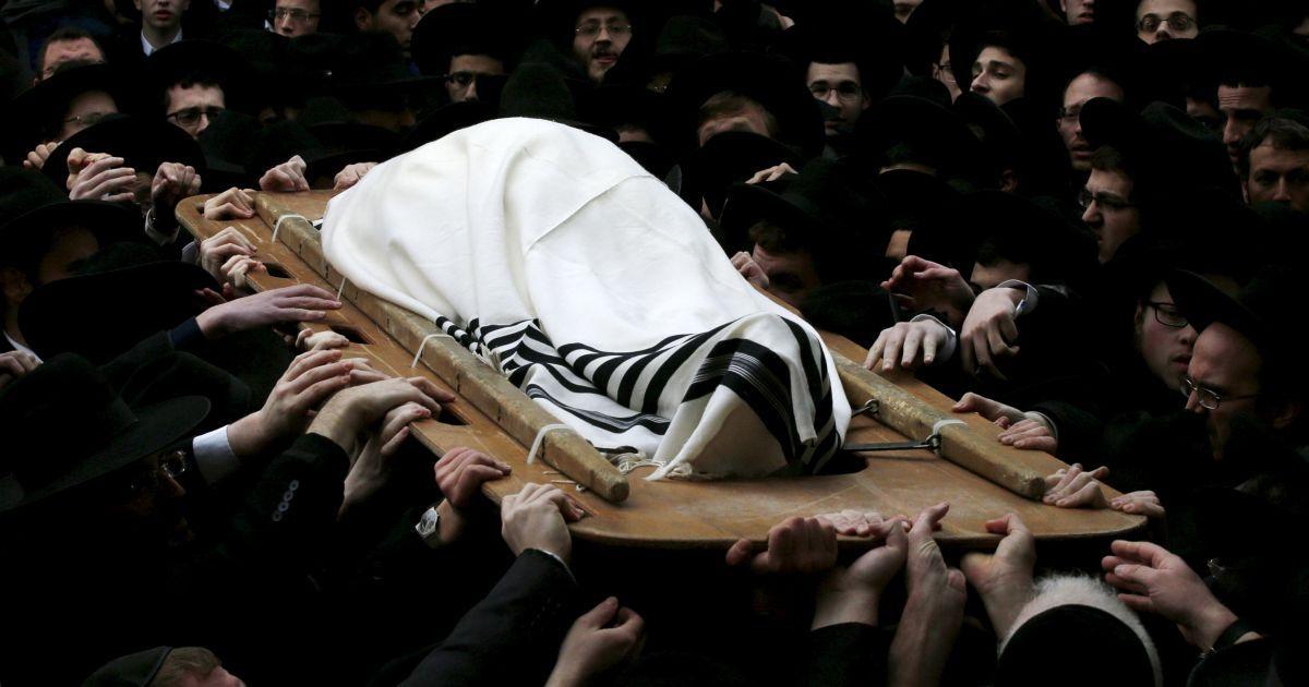 Ультра-ортодоксальні євреї несуть тіло рабина Рафаеля Шмулевича, який помер у понеділок у віці 78 років, під час його похорону в єрусалимському районі Меа Шеарім. @ Reuters