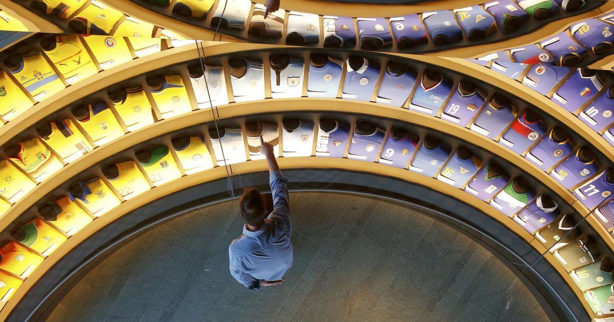 Футболки національних футбольних команд країн-учасниць ФІФА наведені у райдужній кімнаті в майбутньому музею чемпіонату світу з футболу у Цюріху, Швейцарія. Музей буде відкритий для громадськості від 28 лютого. @ Reuters