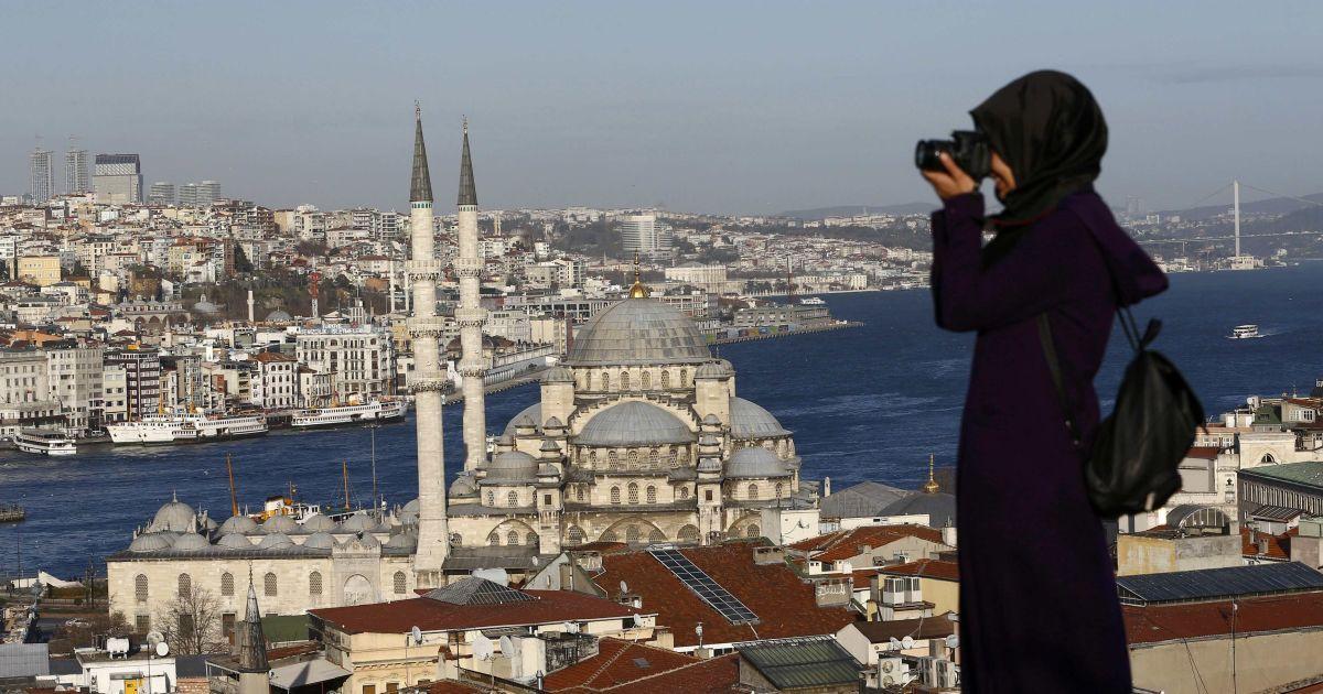 Жінка фотографує перед новою мечеттю поряд з протокою Босфор у Стамбулі, Туреччина. 12 січня сирійський терорист-смертник вчинив вибух в історичному центрі Стамбула неподалік від Блакитної мечеті, внаслідок якого загинули 10 людей. @ Reuters