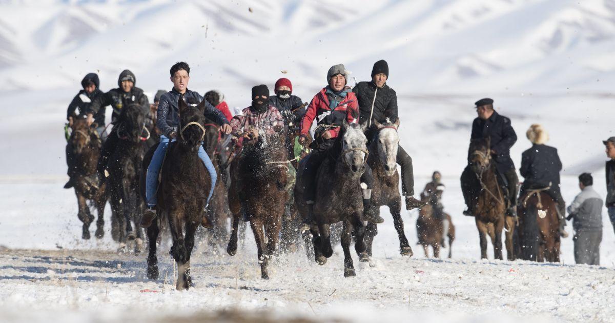 Пастухи їдуть на конях під час перегонів на зимовому фестивалі в Сіньцзян-Уйгурському автономному районі Китаю. @ Reuters