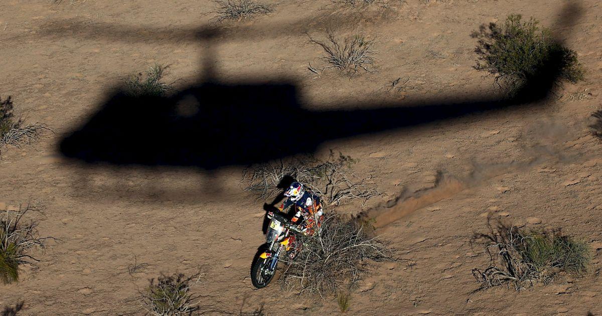 Вертоліт кидає свою тінь австралійського мотоцикліста на дев'ятому етапі ралі Дакар-2016 в Аргентині. @ Reuters