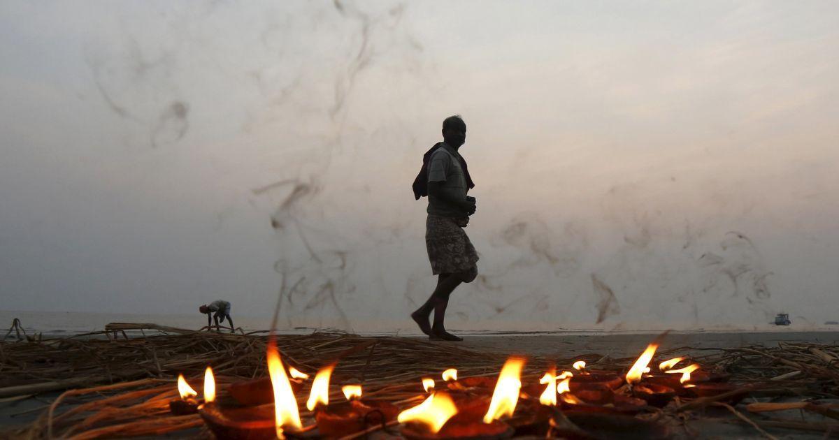 Індуський паломник проходить повз ряд освітлених ламп після прийняття священного обмивання в місці злиття річки Ганг і Бенгальської затоки на острові Сагар, на південь від Калькутта, Індія. @ Reuters