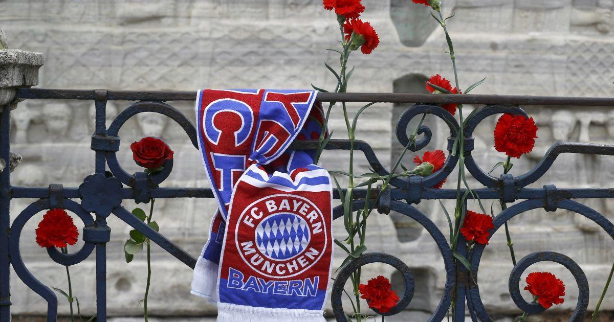 """Шарф німецького футбольного клубу """"Баварія"""" прив'язаний до перил поруч з квітами біля обеліска Феодосія на місці теракту в Стамбулі. Внаслідок вибуху загинули 10 громадян Німеччини. @ Reuters"""