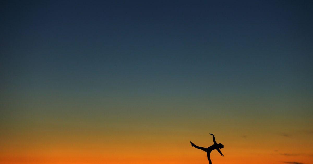 Колишня балерина Лук Вілліс танцює на піску на тлі заходу сонця в Каліфорнії @ Reuters