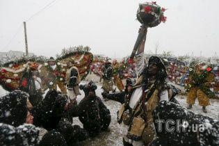 Reuters показал яркие фото знаменитой Красноильской Маланки на Буковине