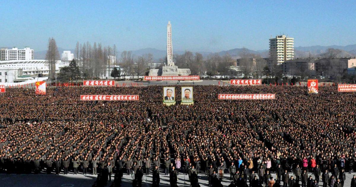 "Багатотисячний натовп рівними ""коробками"" пройшов центральними вулицями Пхеньяну"