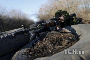 Бойовики на Донбасі у темряві обстріляли російських військових, які заготовляли дрова