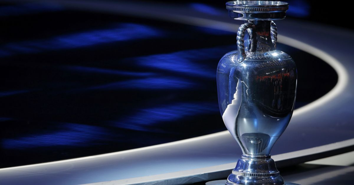 Кубок Анрі Делоне на церемонії жеребкування Євро-2016 у Парижі. 12 грудня 2015 року.