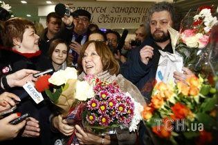 В Минске сотни белорусов встречали Алексиевич с цветами и караваем, от Лукашенко - никто