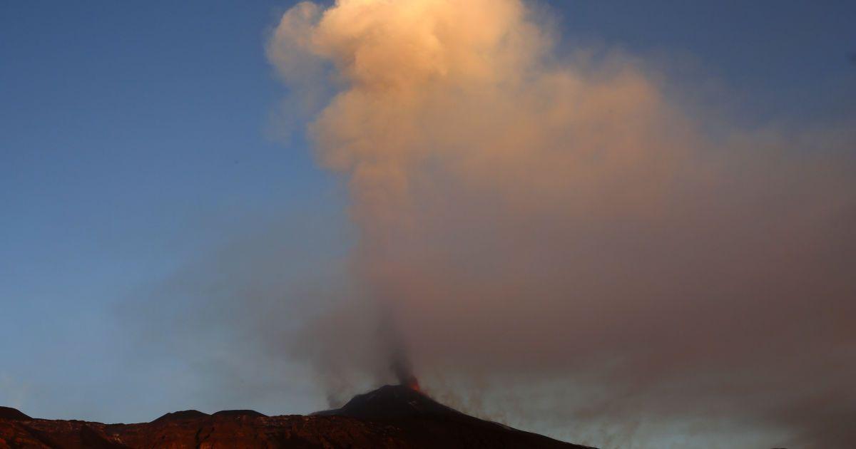 Виверження сталося 7 грудня @ Reuters