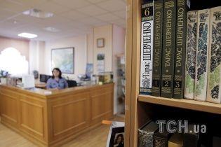 """У Бібліотеці української літератури в Москві викидали """"антиросійські книги"""" на смітник"""