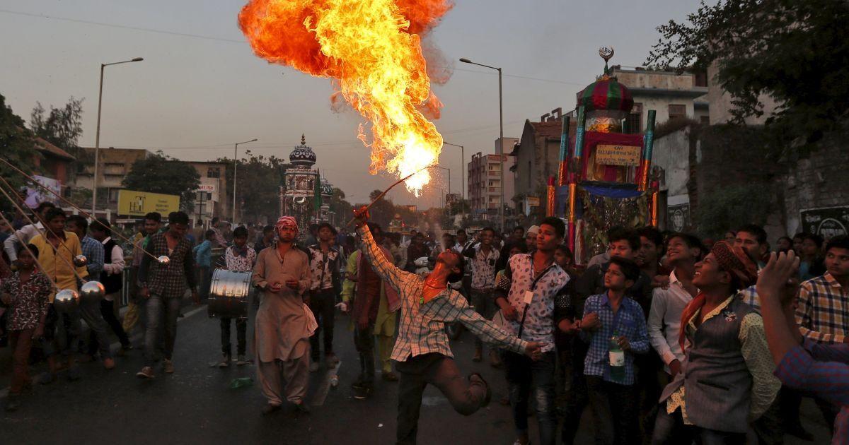 Людина виступає з вогнем під час процесії на честь Ашура в Ахмедабаді, Індія. Це свято відзначається на згадку про загибель імама Хусейна, онука пророка Мухаммеда, який був убитий в битві при Кербелі у 7 столітті. @ Reuters