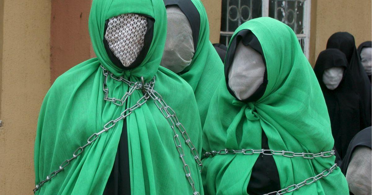 Члени шиїтської релігійної секти в нігерійському місті Кадуна прикували себе під час відзначання Ашура. Це свято відзначається на згадку про загибель імама Хусейна, онука пророка Мухаммеда, який був убитий в битві при Кербелі у 7 столітті. @ Reuters