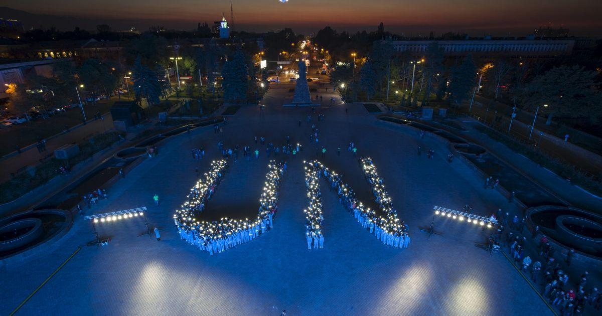 Студенти утворюють знак ООН на мітингу на честь 70-ї річниці Організації Об'єднаних Націй в Алмати, Казахстан. @ Reuters