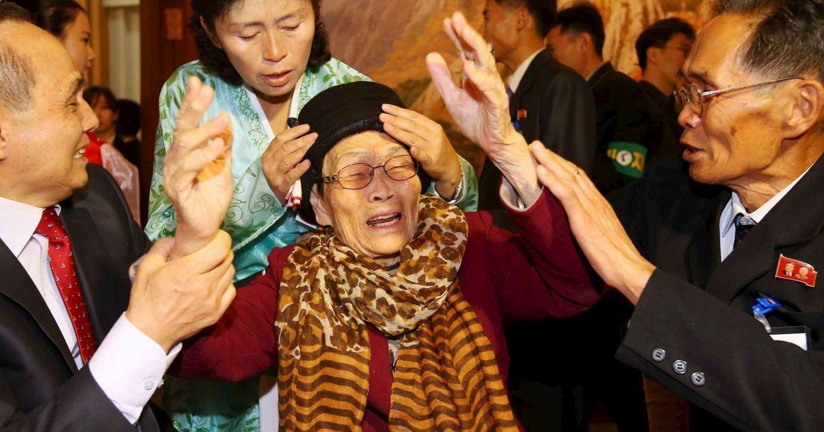 Жінка з Південної Кореї танцює зі своїм сином, який живе у КНДР, під час зустрічі розділених сімей на курорті Кимган, Північна Корея. Майже 400 південнокорейців перетнули кордон, щоб з'єднатися з членами своїх родин, з якими вони розлучилися внаслідок Корейської війни 1950-53 років. @ Reuters