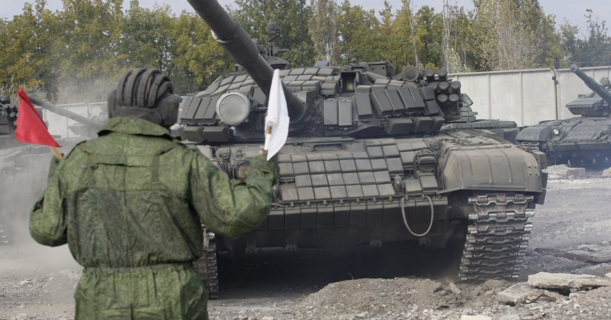 Боевики под наблюдением представителей ОБСЕ отводят танки. @ Reuters