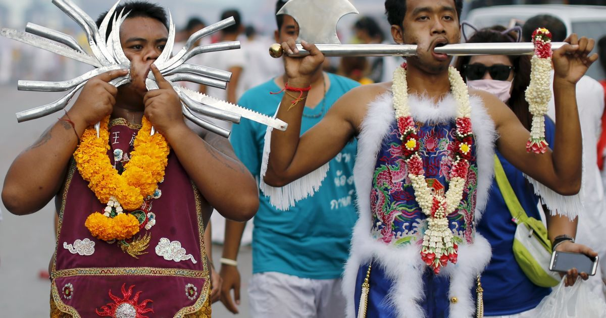 Фестиваль сопровождается экстремальным пирсингом. @ Reuters