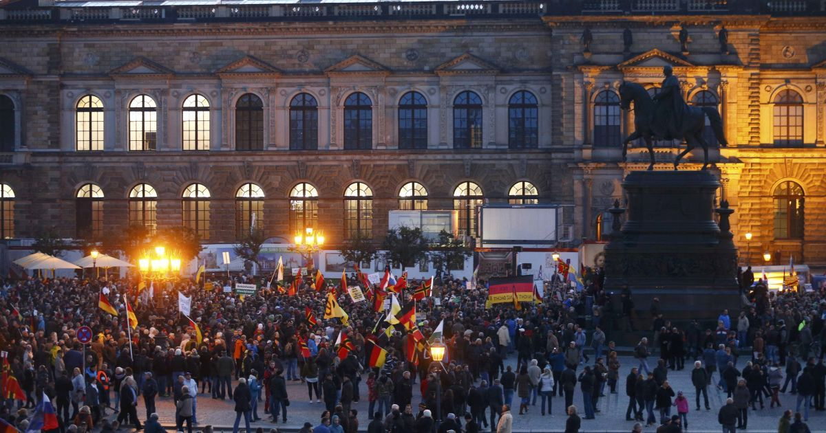 """""""Патриоты Европы"""" протестуют против приема беженцев из Сирии."""