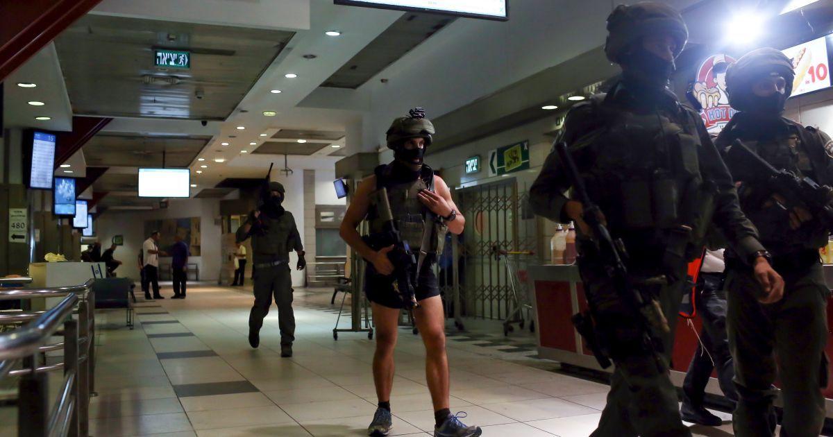 Бойцы израильского спецподразделения проводят обыск внутри центрального автобусного вокзала Иерусалима после того как полиция сказала, что женщина получила удар ножом от палестинца за пределами вокзала. Палестинец ранил ножом 70-летнюю женщину, прежде, чем офицер застрелил его. Израиль начал блокировку палестинских кварталов в Восточном Иерусалиме и развертывание солдат по всей стране в среду, чтобы остановить волну ножевых нападений палестинцев. Семь израильтян и 32 палестинца, в том числе дети и нападающие, были убиты в течение последних двух недель кровопролития в Израиле, Иерусалиме и на Западном берегу Иордана. @ Reuters