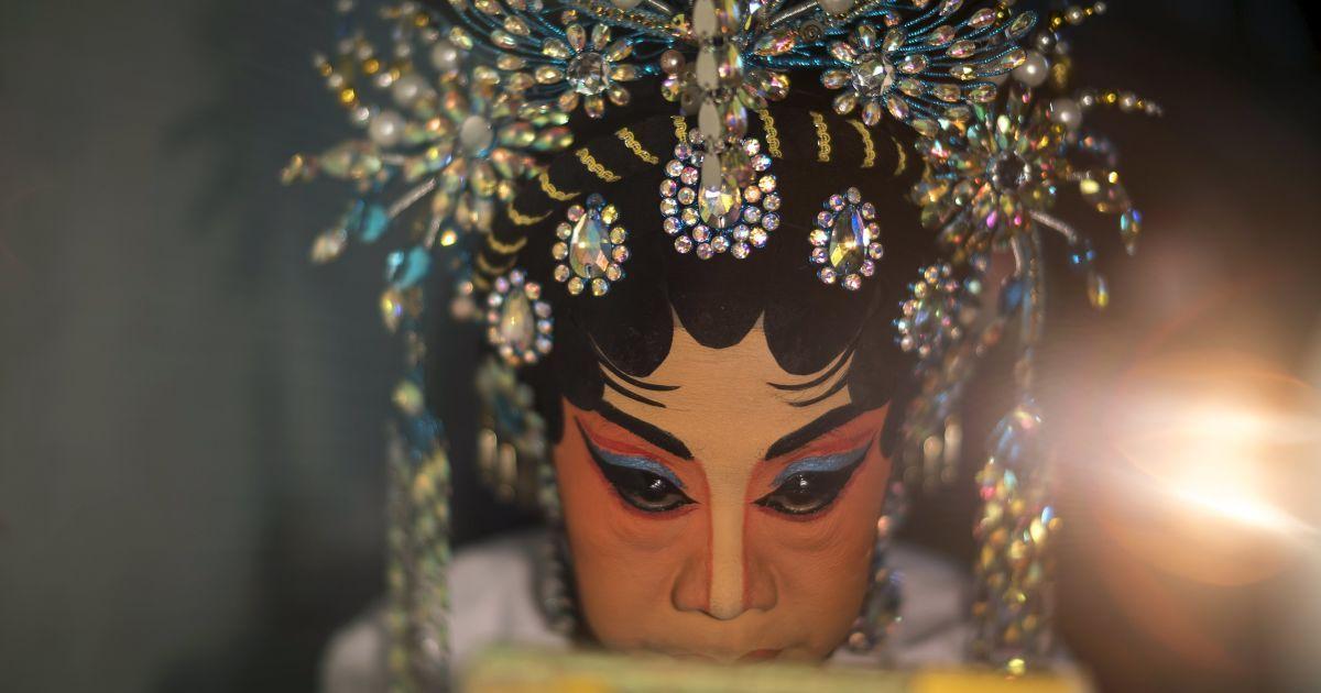 Член китайской оперной труппы делает макияж перед выходом на сцену во время ежегодного вегетарианского фестиваля в Бангкоке, Таиланд. Фестиваль празднует местная китайская община, которая верит, что воздержание от мяса и различных стимуляторов во время девятого лунного месяца по китайскому календарю поможет получить хорошее здоровье и душевное спокойствие. @ Reuters