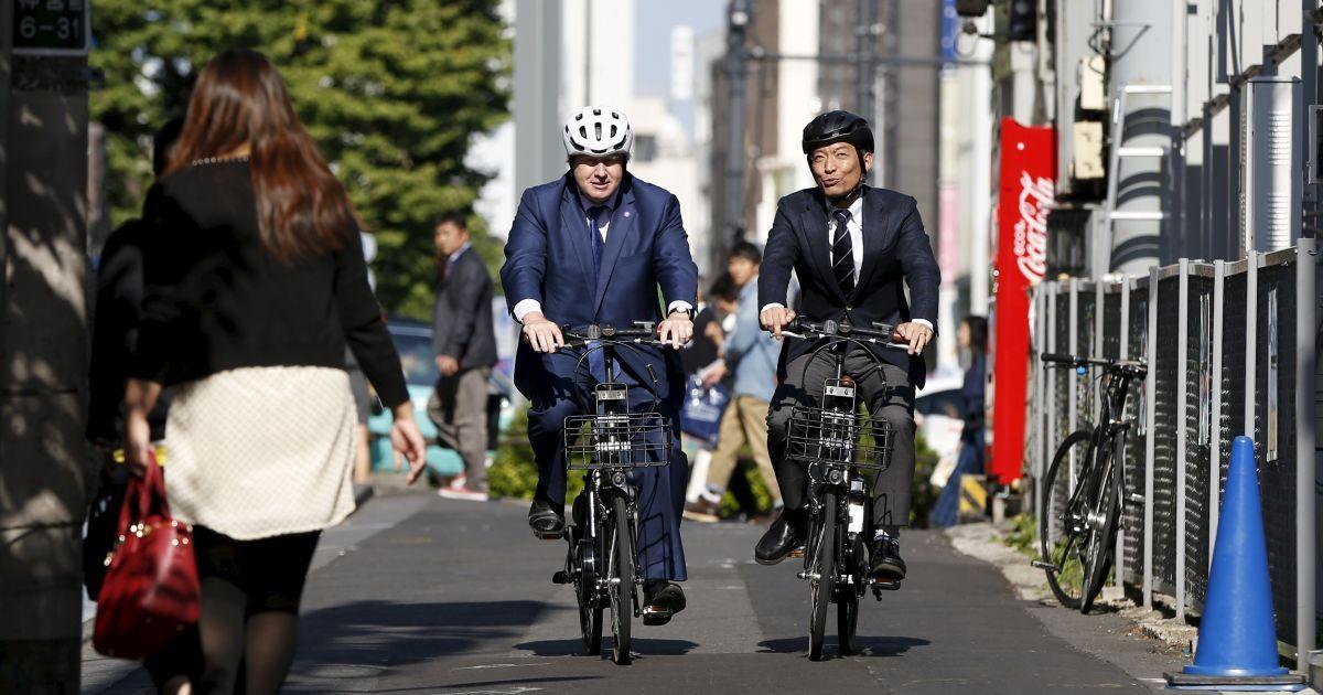 Лондонский мэр Борис Джонсон едет на велосипеде вместе с мэром района Сибуя в Токио. Джонсон посещает Японию, чтобы заключить торговое соглашение в рамках своих планов по укреплению культурных связей с Токио, конечная цель которых - поощрение инвестиций, создание рабочих мест и экономический рост в Лондоне. @ Reuters