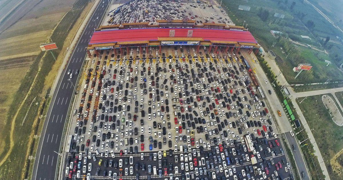 Сотни авто не могли тронуться с места @ Reuters